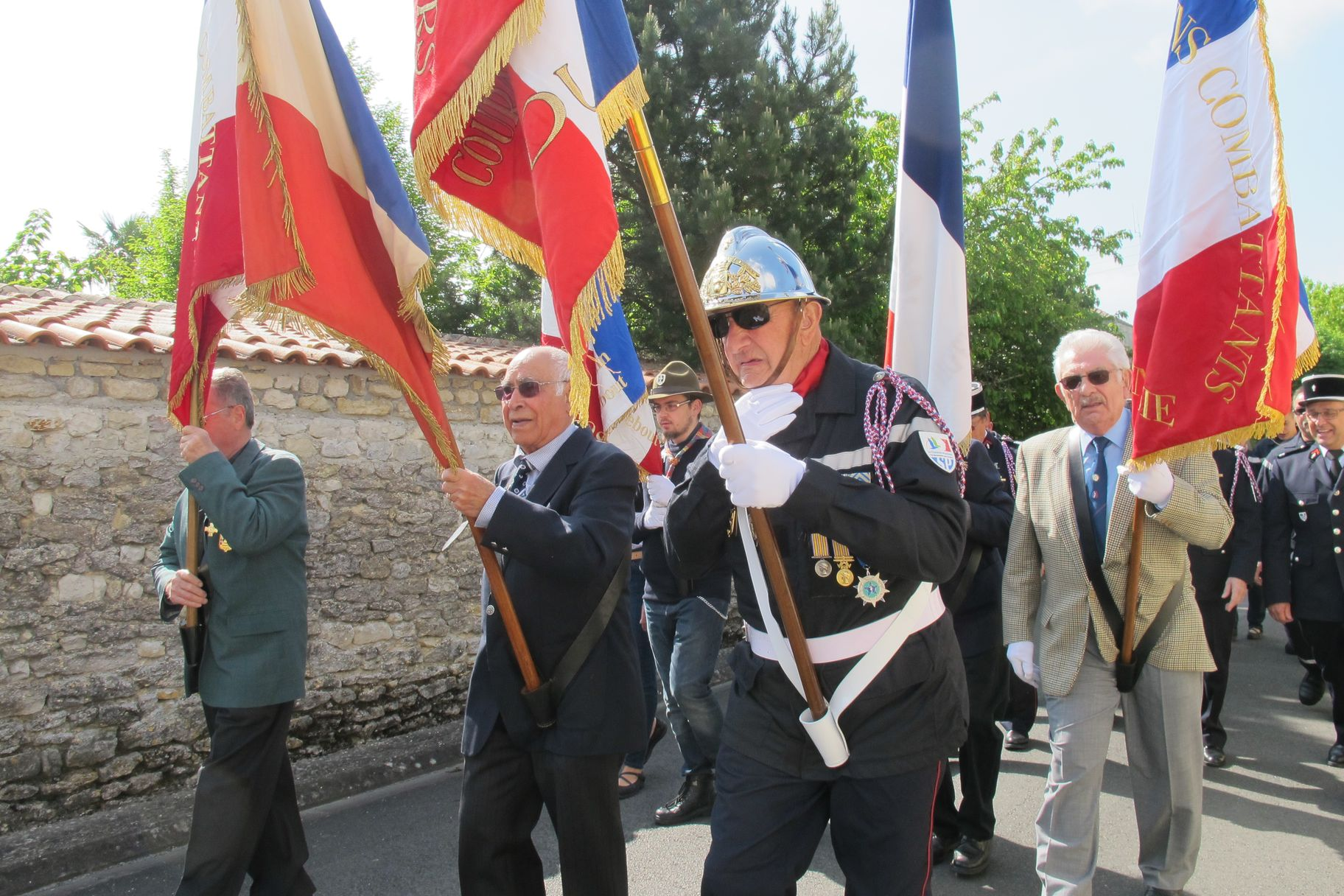 procession drapeaux2